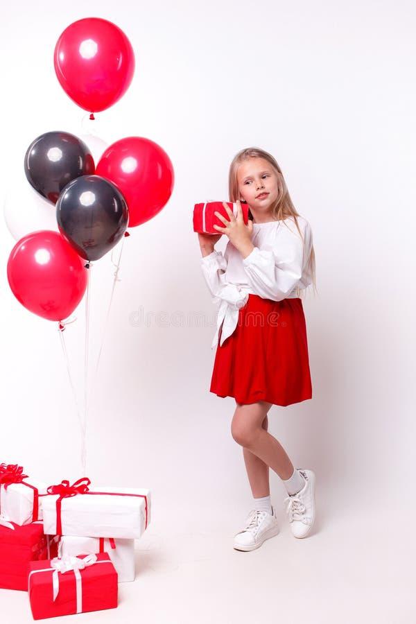 Liten flicka med ballonger och gåvor arkivfoton