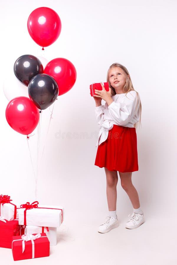Liten flicka med ballonger och gåvor arkivbilder