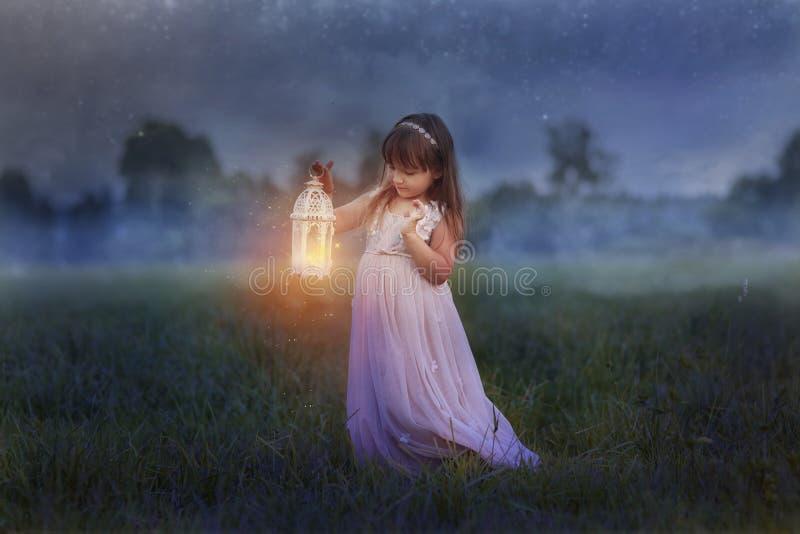 Liten flicka med blixt arkivfoton