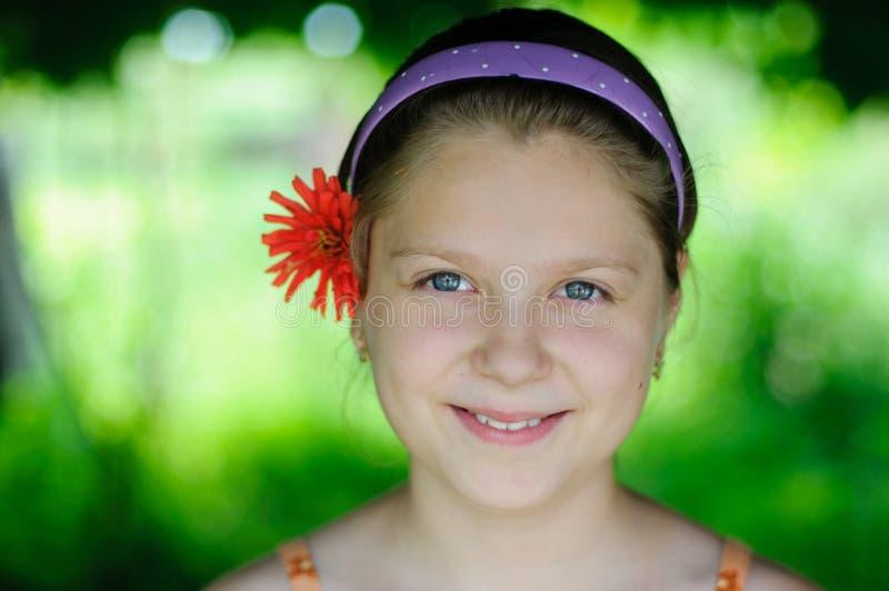 Liten flicka med blomman royaltyfria foton