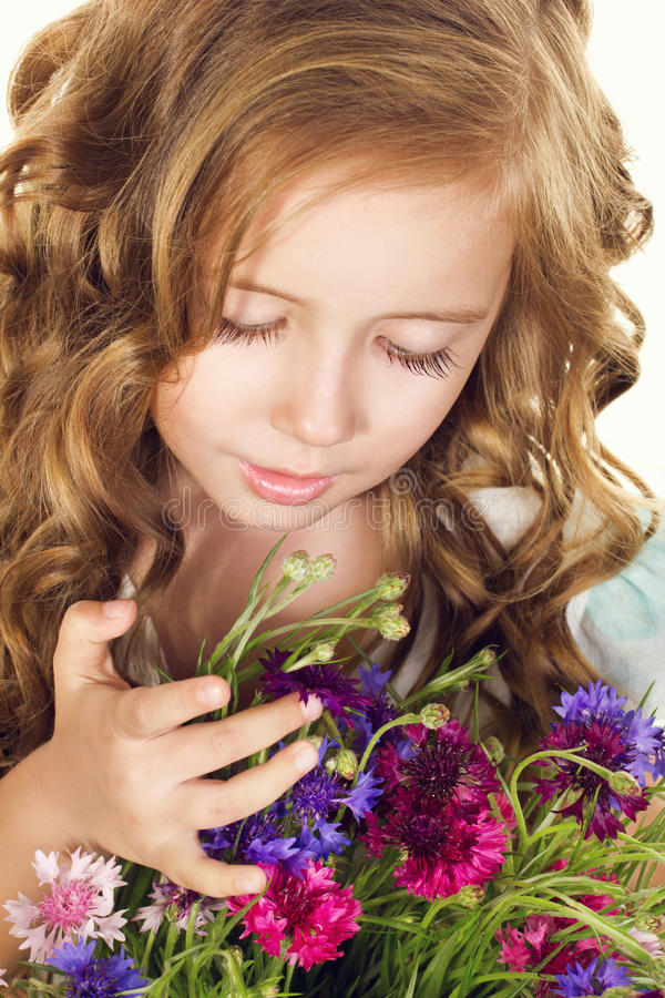 Liten flicka med blommor arkivfoton