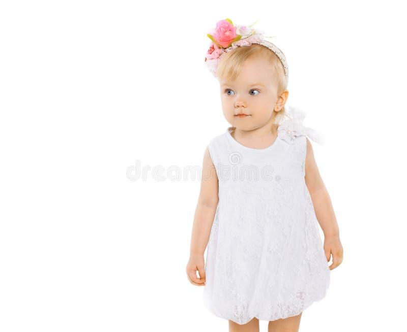 Liten flicka med den blom- kransen på huvudet royaltyfria bilder