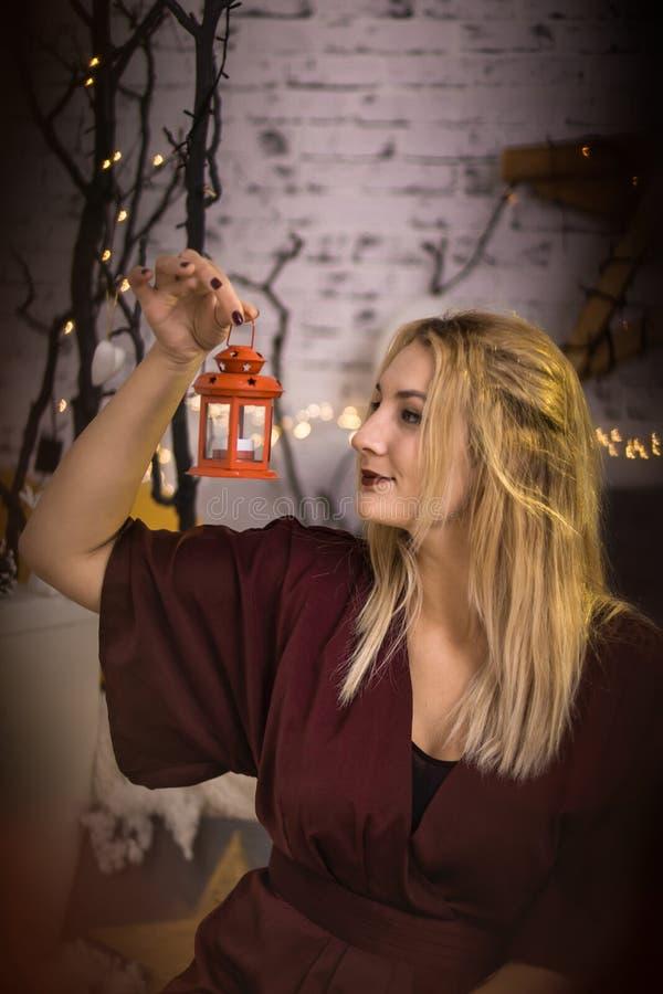 Liten flicka med den dekorativa tappninglampan arkivfoto