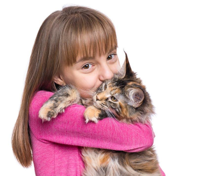 Liten flicka med den Maine Coon kattungen arkivfoton