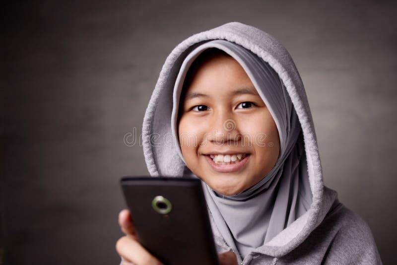 Liten flicka med den smarta telefonen royaltyfri fotografi