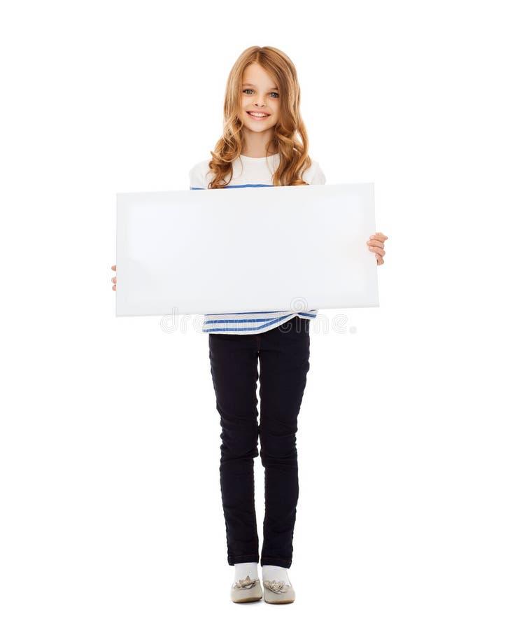 Liten flicka med det tomma vita brädet royaltyfri bild