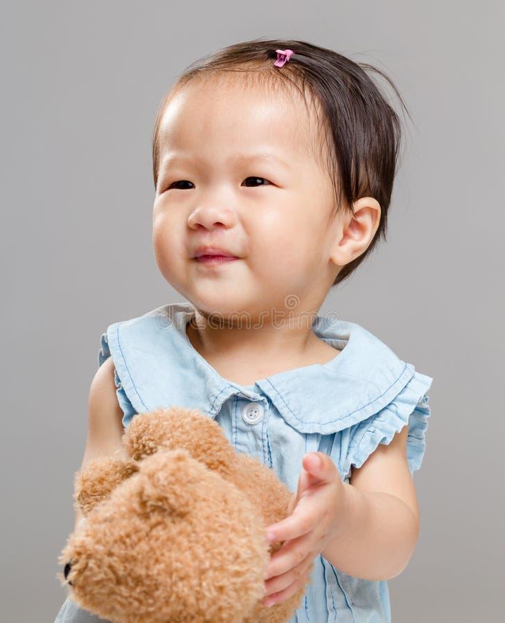 Liten flicka med dockabjörnen royaltyfria foton