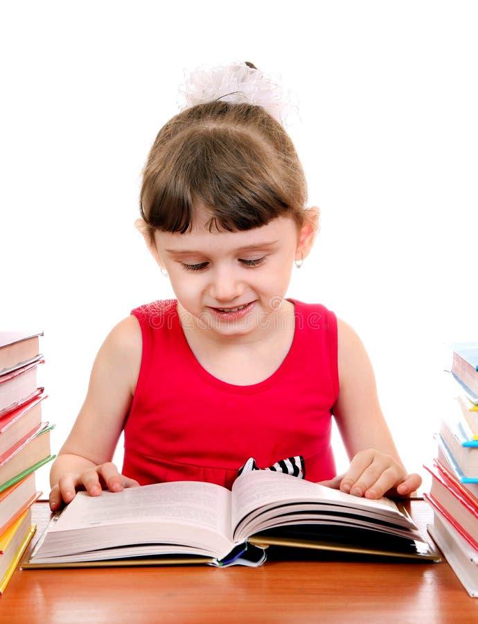 Liten flicka med en bok arkivfoton