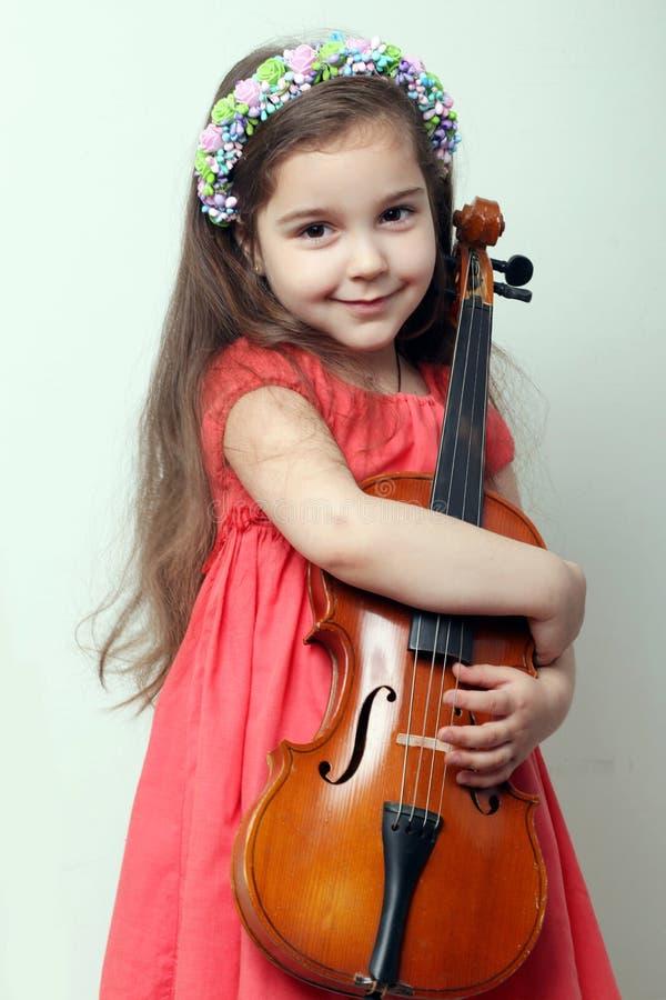 Liten flicka med en fiol arkivfoto