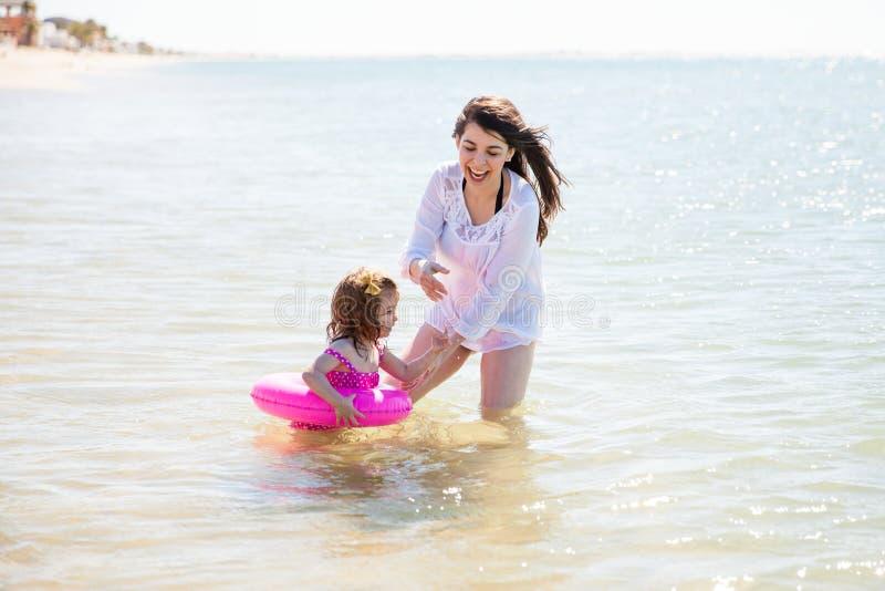 Liten flicka med en floater royaltyfri foto