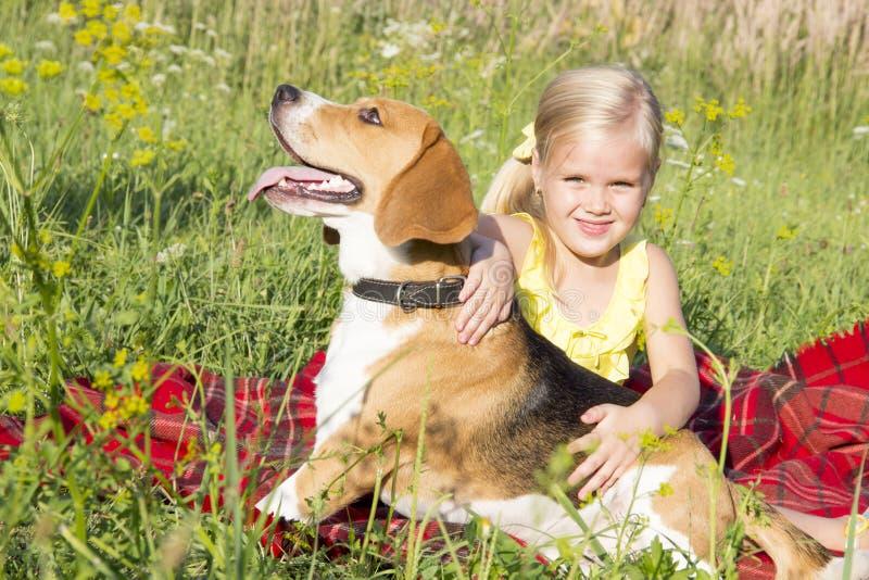 Liten flicka med en hund arkivfoto