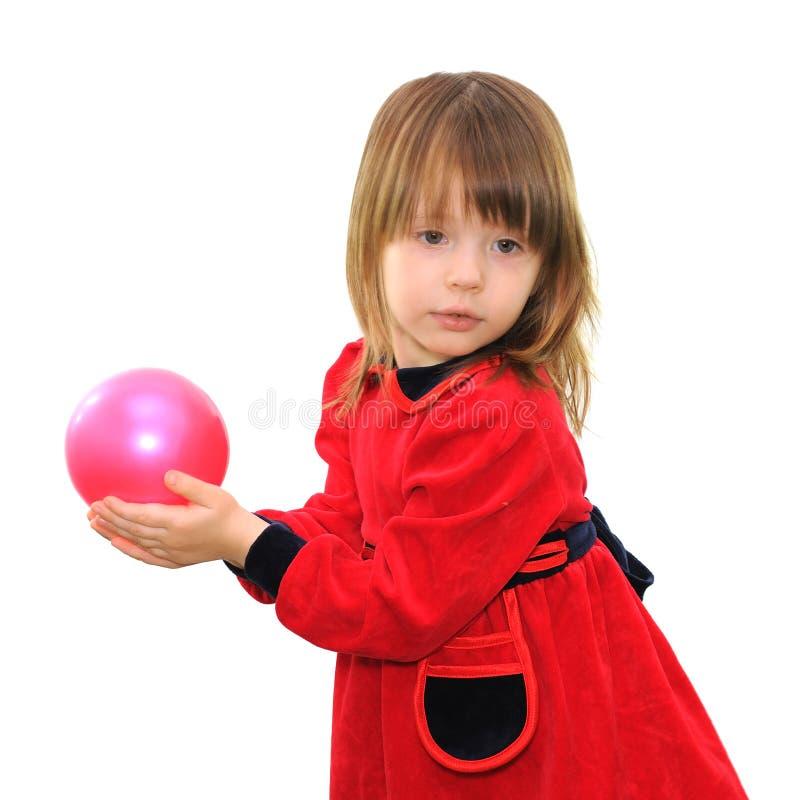 Liten flicka med en rosa boll arkivbilder