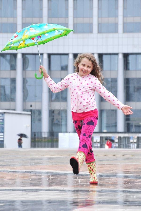Liten flicka med ett paraply, regn royaltyfri fotografi