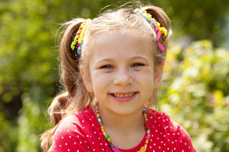 Liten flicka med ett stort leende arkivfoton