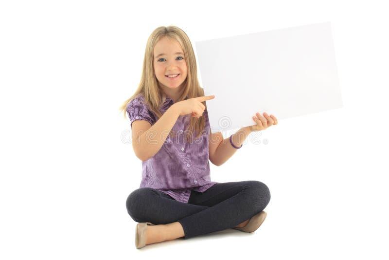 Liten flicka med ett tomt tecken arkivfoto