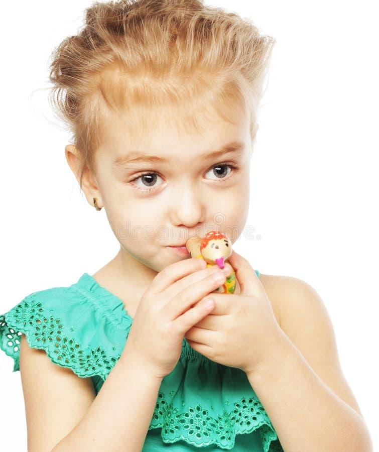 liten flicka med explosionleksaken royaltyfri fotografi