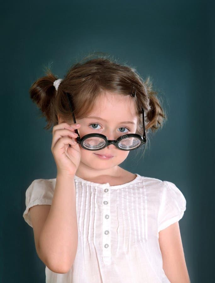 Liten flicka med exponeringsglas arkivbild
