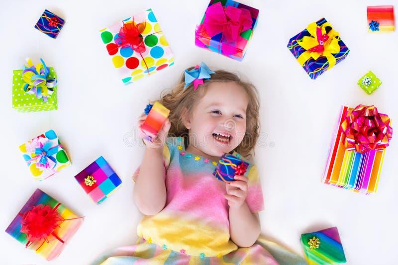 Liten flicka med födelsedagpresents fotografering för bildbyråer