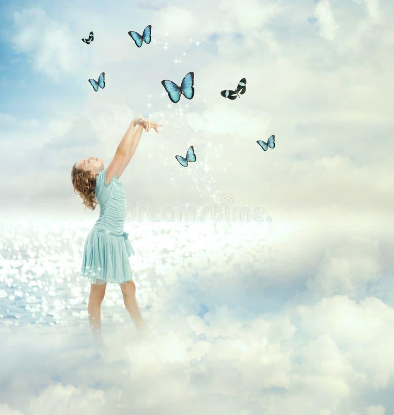 Liten flicka med fjärilar arkivbild