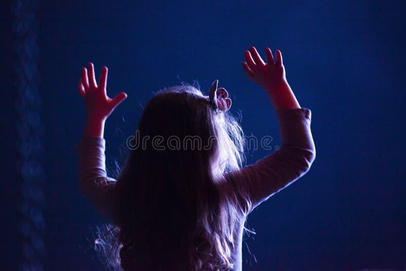 liten flicka med händer upp att tycka om konserten - sommarmusikfestival royaltyfri fotografi