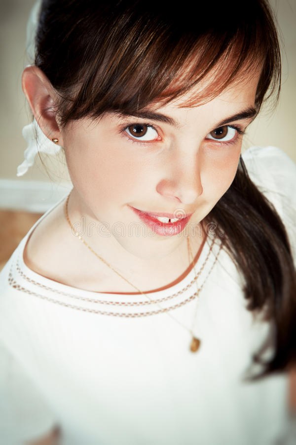 Liten flicka med henne första nattvardsgångklänning royaltyfri bild