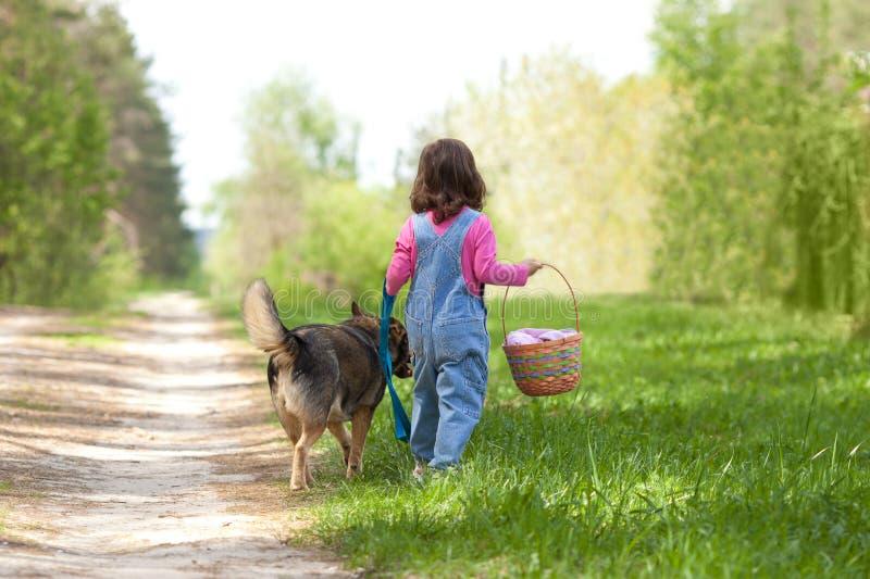 Liten flicka med hunden arkivfoton
