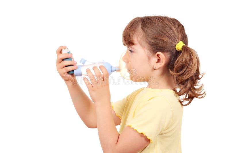 Liten flicka med inhaleren royaltyfri fotografi