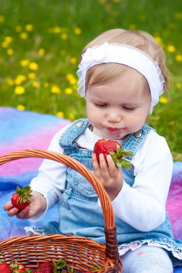 Liten flicka med jordgubben arkivbilder