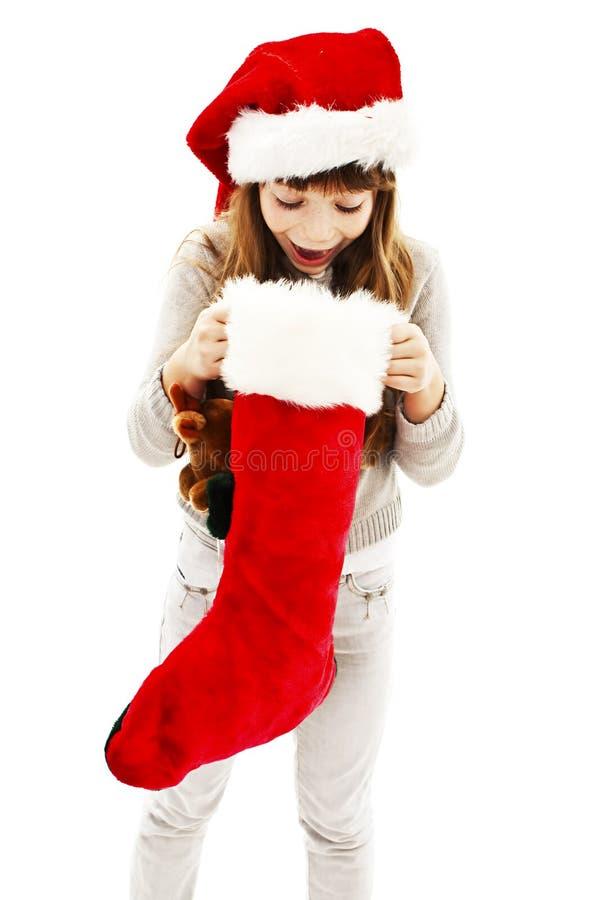 Liten flicka med julgåvan royaltyfri foto