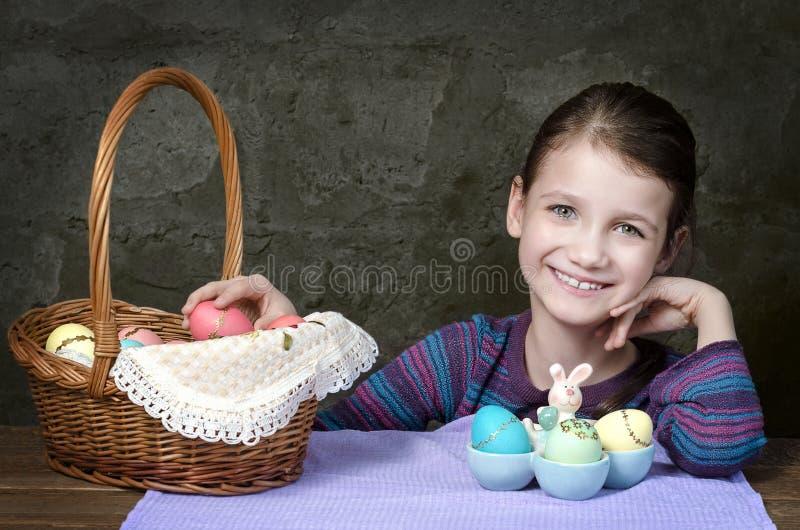 Liten flicka med korgen av påskägg arkivbilder