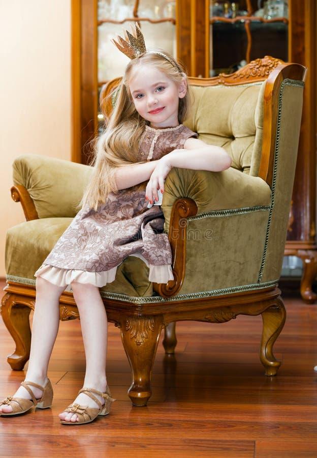 Liten flicka med kronan royaltyfri bild