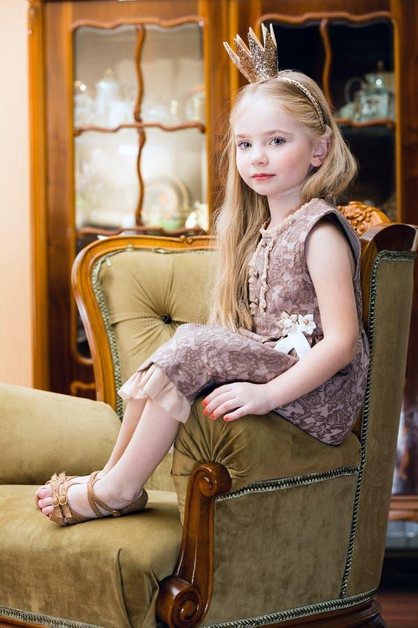 Liten flicka med kronan royaltyfria foton