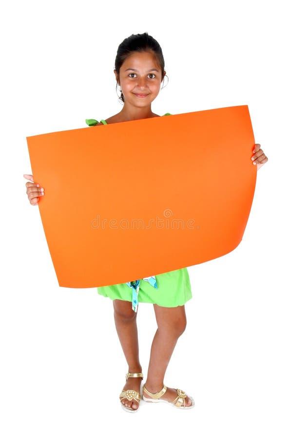 Liten flicka med orange bollboard arkivbild