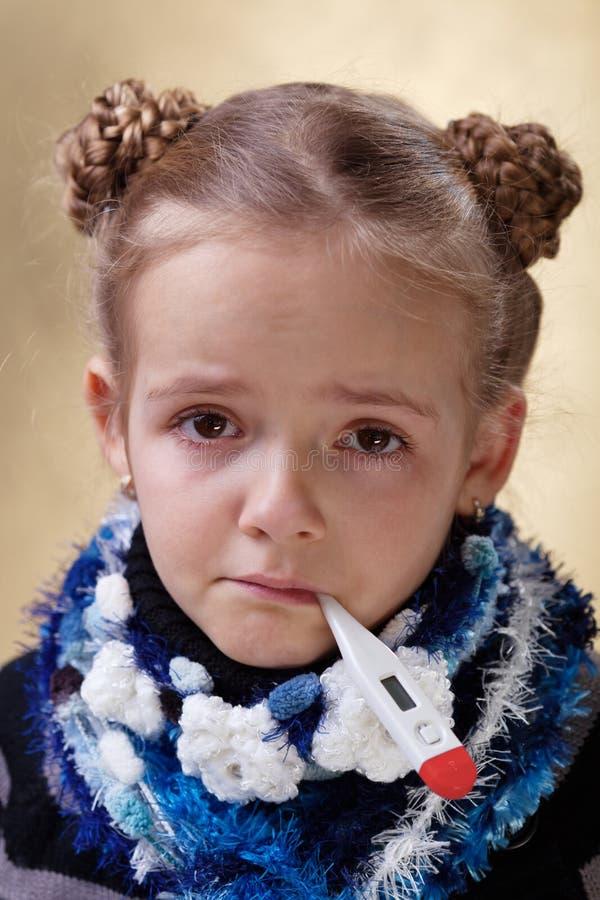Liten flicka med rött synar ha influensan arkivfoton