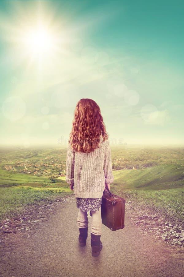 Liten flicka med resväskan arkivfoto
