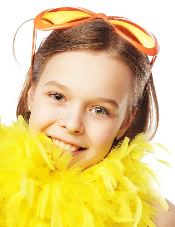 liten flicka med roliga orange carnaval exponeringsglas royaltyfri foto