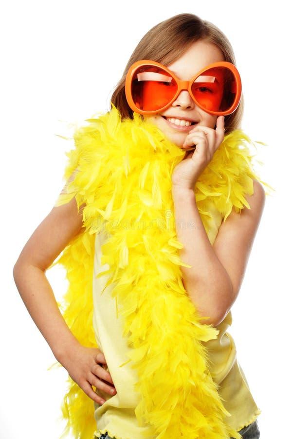 liten flicka med roliga orange carnaval exponeringsglas arkivfoton