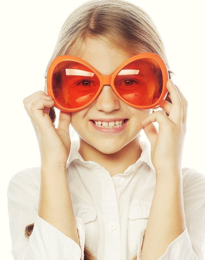 liten flicka med roliga orange carnaval exponeringsglas royaltyfri bild