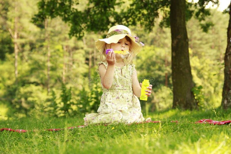 Liten flicka med såpbubblor arkivbilder