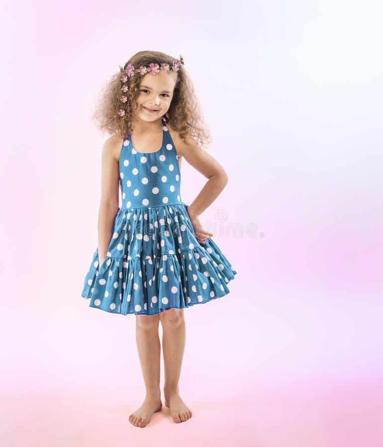 Liten flicka med sassy inställning i nätt klänning royaltyfria foton