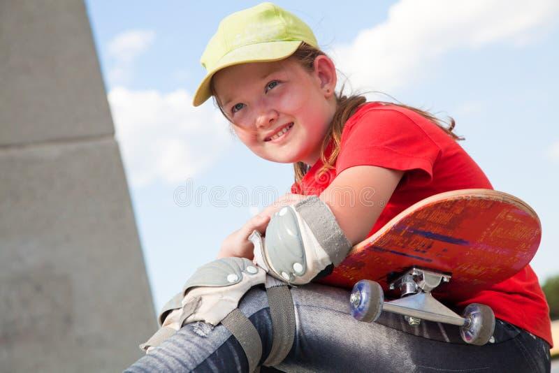 Liten flicka med skateboarden arkivfoton