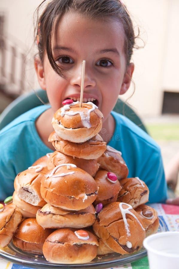 Liten flicka med smörgåsar arkivbild