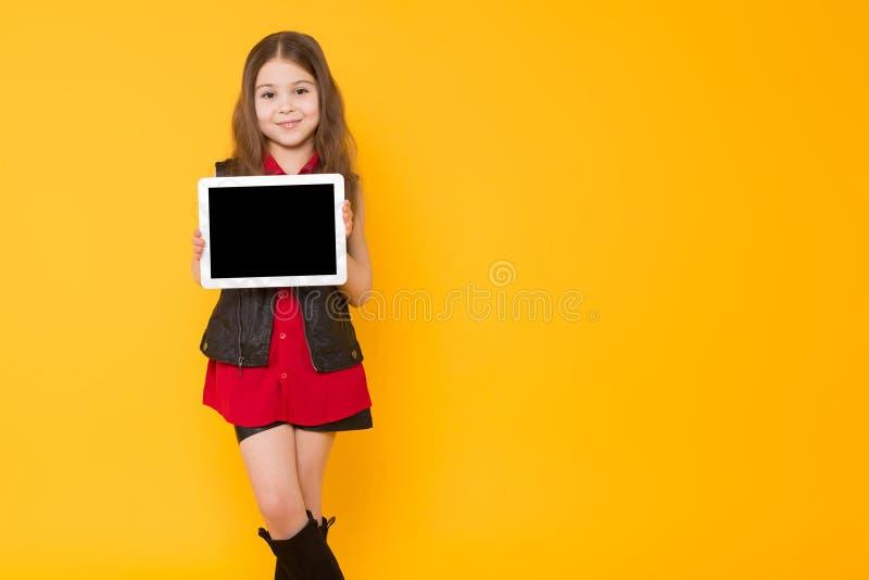 Liten flicka med Tabletdatoren royaltyfria foton
