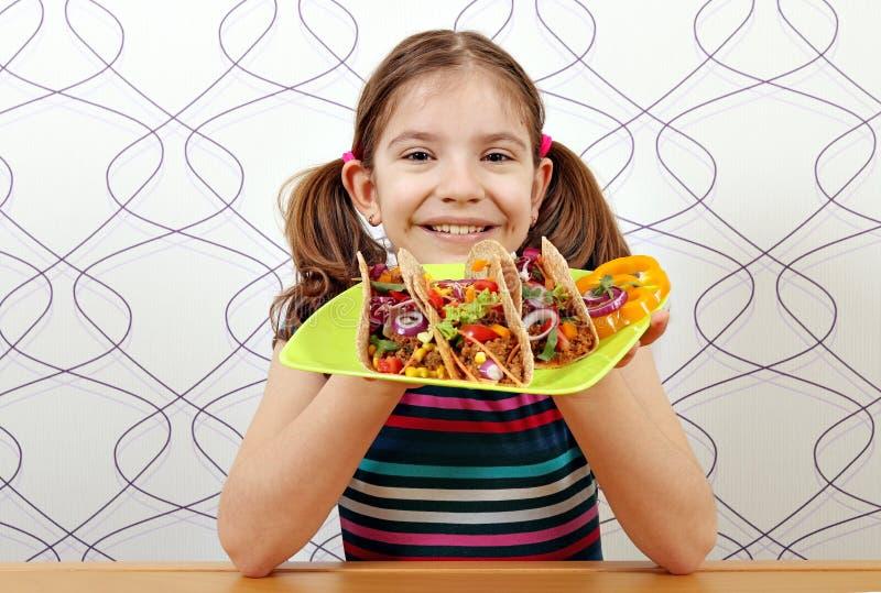 Liten flicka med taco för lunch royaltyfri bild
