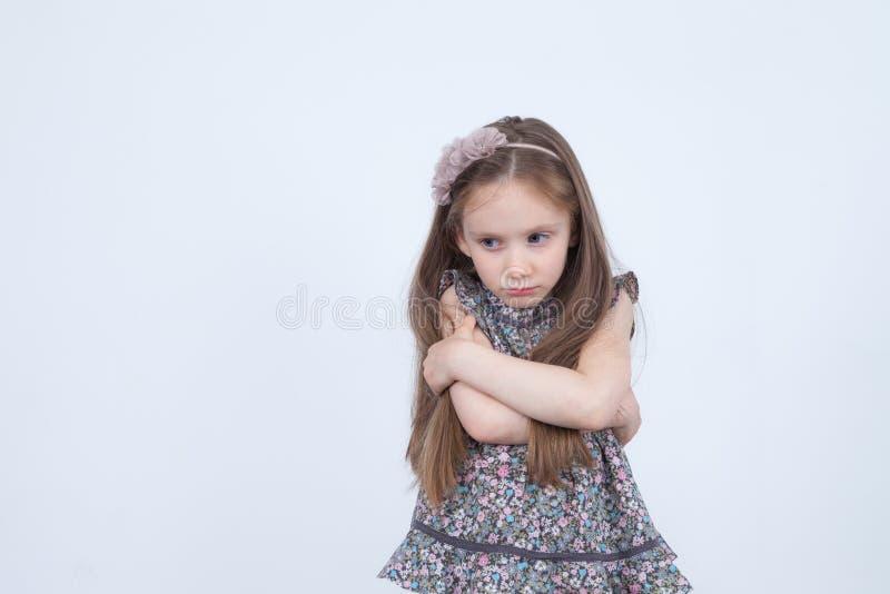 Liten flicka med uppriven sinnesrörelse Olyckligt och upprivet barn Litet barn i dåligt lynne emotionell flicka Ilskna sinnesröre royaltyfria foton