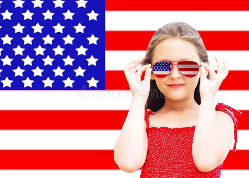 Liten flicka och amerikanska flaggan arkivfoton