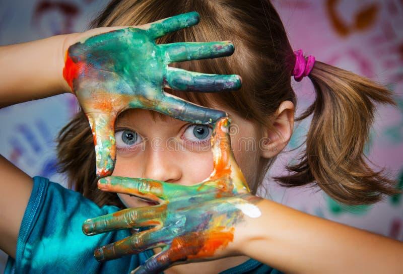 Liten flicka och färger fotografering för bildbyråer