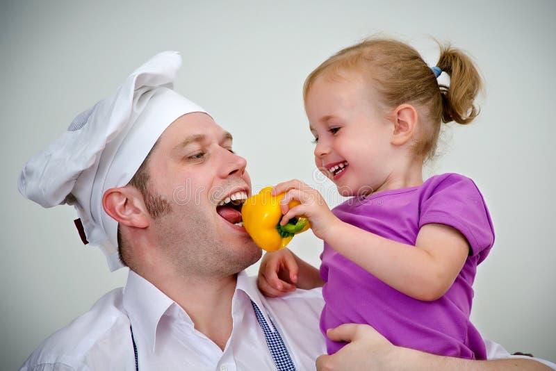 Liten flicka och henne fader som har gyckel royaltyfri fotografi