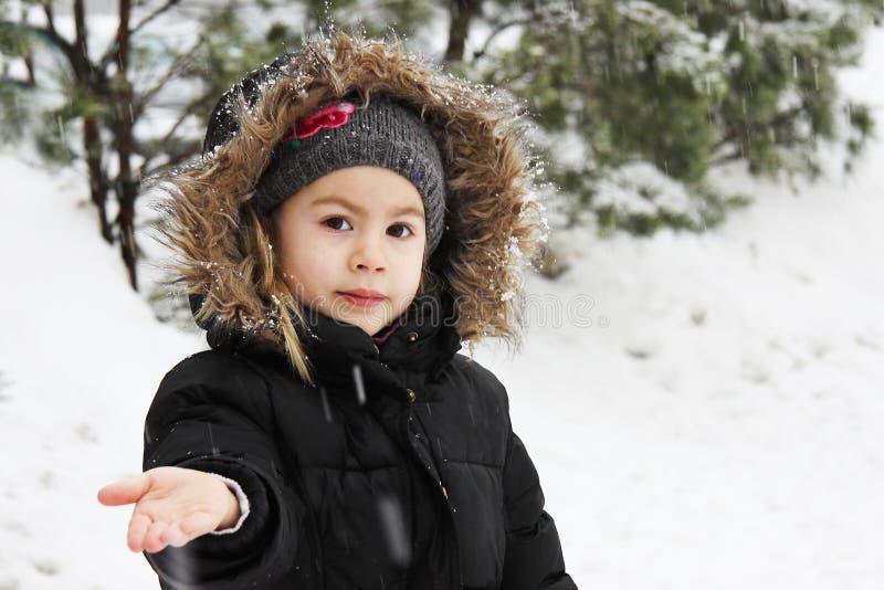 Liten flicka och snowflakes arkivfoton