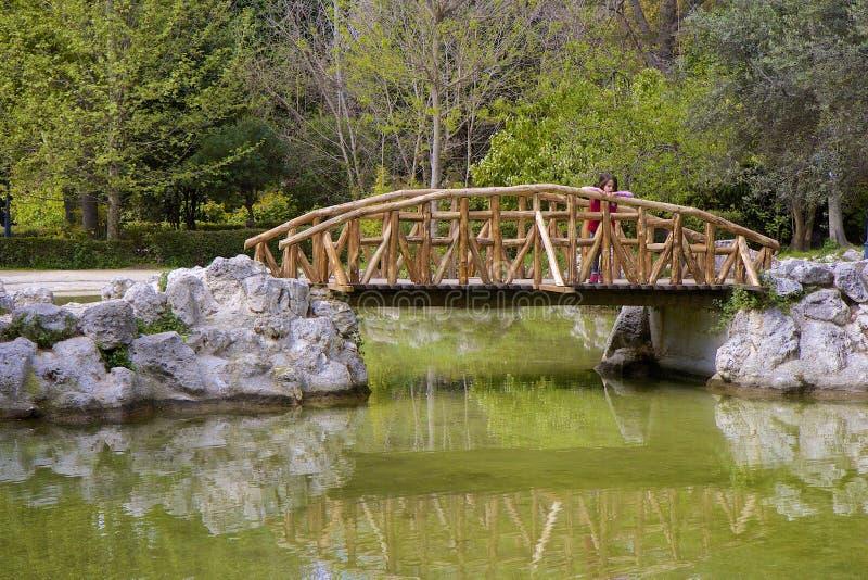 Liten flicka på bron i Central Park i Aten, Grekland royaltyfria foton
